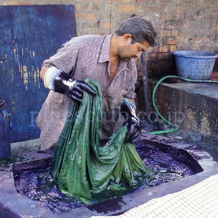 アジュラックの布を染め上げる