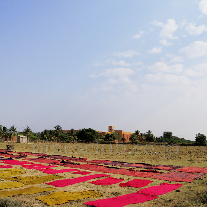 アジュラックの布はインドの天日で干される