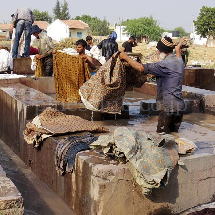 アジュラックの布を洗う