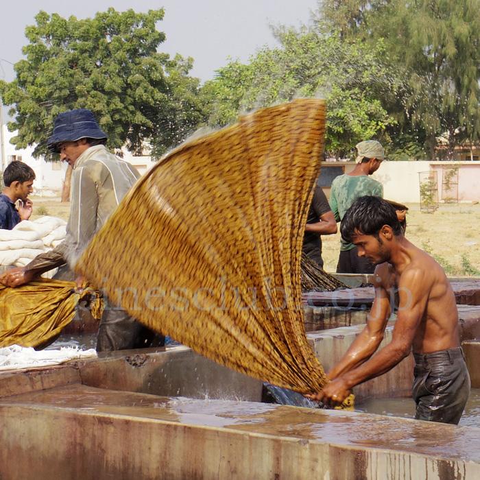 アジュラックの布は徹底的に洗われる