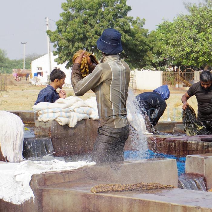 アジュラックの布をバシャバシャ洗う