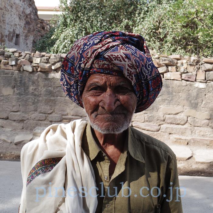 アジュラックの地元でかっこよく布を遣うおじいさん