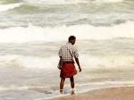 インド、海でシャコを獲る男