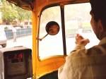 インドのオートリキシャのサイドミラー
