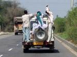 インド、車外まで人がはみ出し乗っている乗合自動車