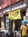インド、ミシン屋の前に山と積まれたミシンのケース
