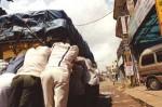 インド、エンストしたトラックをみんなで押す