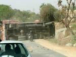 インド、トラックの横転事故