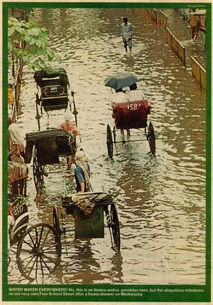 インド・コルカタの豪雨を報じる新聞