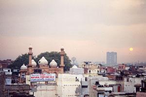 インド・メインバザールの宿の部屋からの眺め