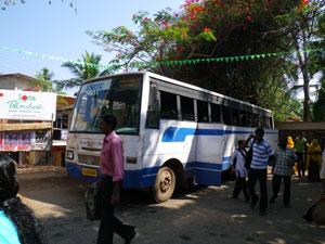 インド・コヴァラムビーチ行のバス
