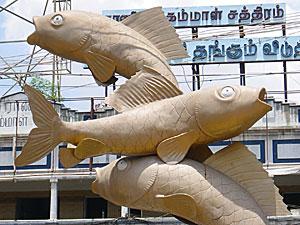 マドライ駅前の魚の像