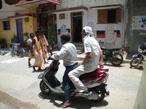 インドでバイクに乗る。