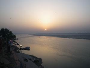 インド、ヴァラナシの日の出
