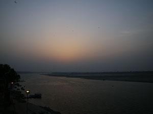 インド、ヴァラナシの夜明け