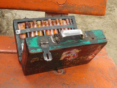 インドの耳かき屋の道具箱