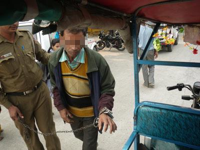 インド、護送される犯人