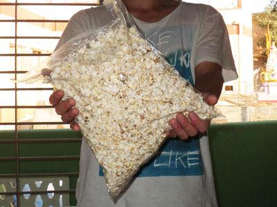 インド、ブジで買ったポップコーンお徳用