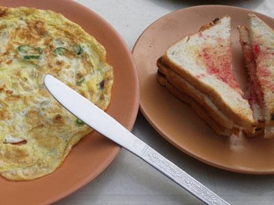 インド、ブジのゲストハウスの朝食