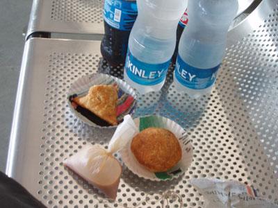 インド、ブジ駅の売店で買った食料