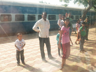 インド、ブジ駅で見送る人たち