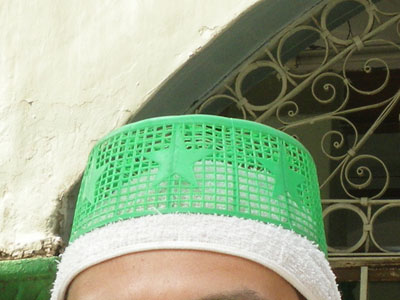 インド、モスクに置かれた簡易トーピー