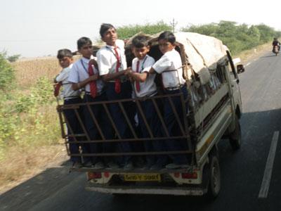 インド、児童を満載したスクールトラック