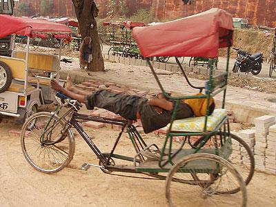 インド、リキシャマンの昼寝