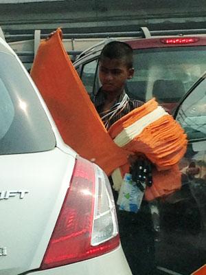 インド:交差点での物売り