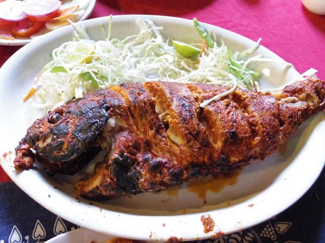 南インド、ケララ州、フォートコーチンのチャイニーズ・フィッシングネットそばのシーフードレストラン