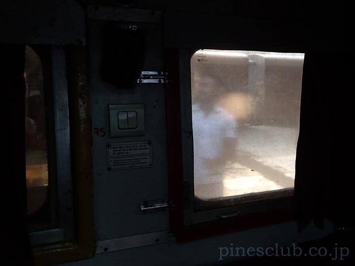 列車の窓から見たホーム