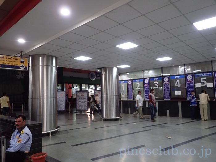 アーマダバードのセントラルバススタンドは意外ときれいだった。