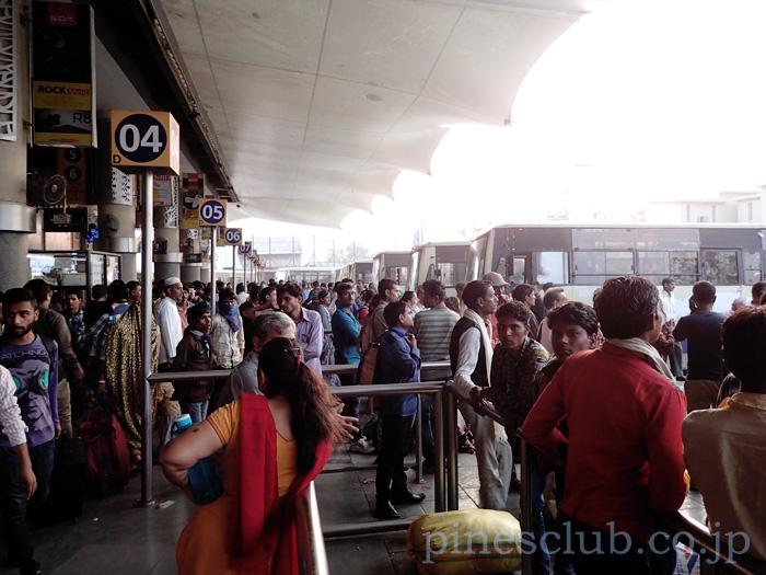 アーマダバードのセントラルバススタンドには人があふれていた。