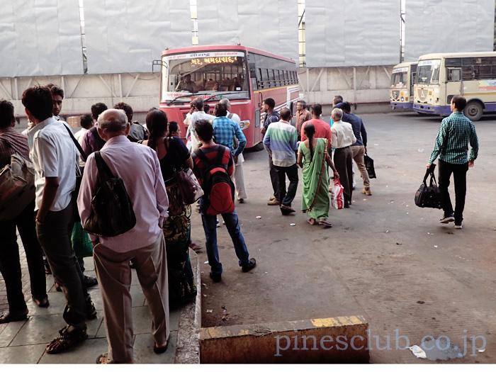 アーマダバードのセントラルバススタンドにバスが入って来た。