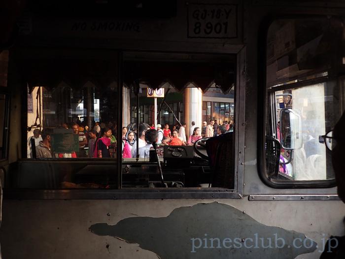 アーマダバードのセントラルバススタンドからバスに乗る。