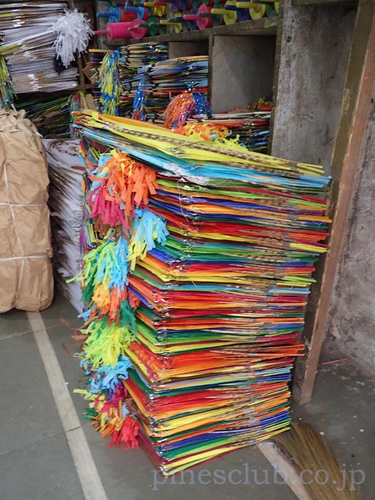 インド。凧専門店の店頭で山のように積み重なる凧