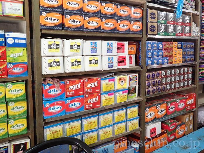 インド・凧専門店の商品棚には凧糸がたくさん並ぶ