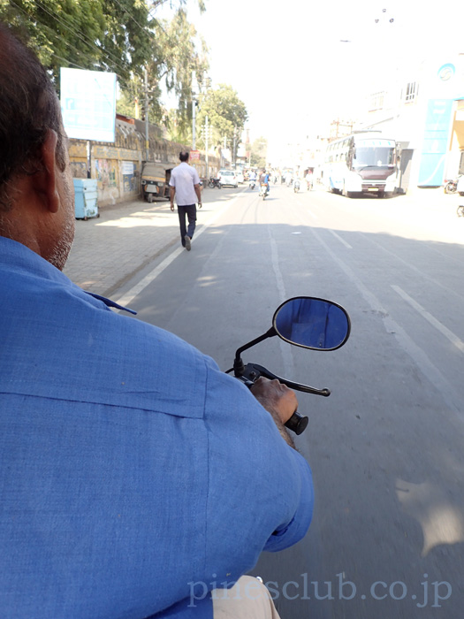 インド・靴修理屋のおっさんのバイクに乗せてもらう