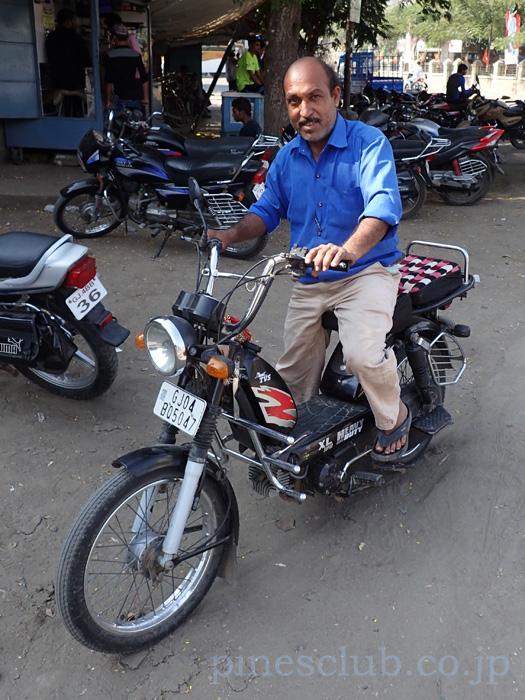 インド・靴修理屋のおっさんとバイク