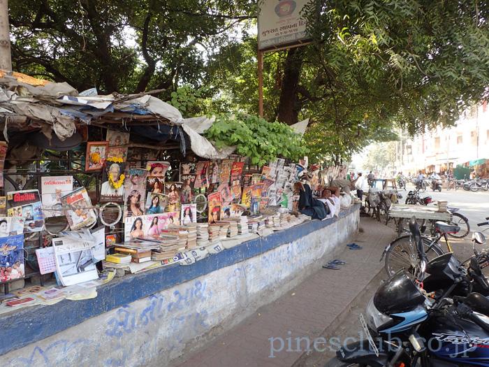 インド・街角の露店本屋
