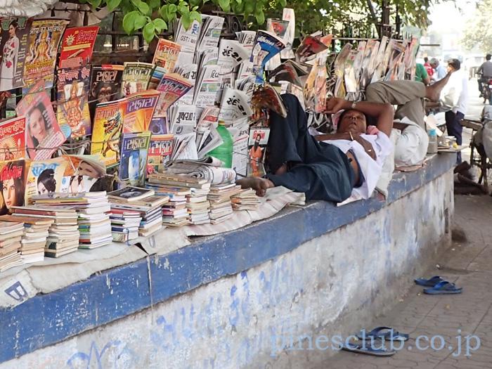 インド・街角の露店本屋の昼寝風景