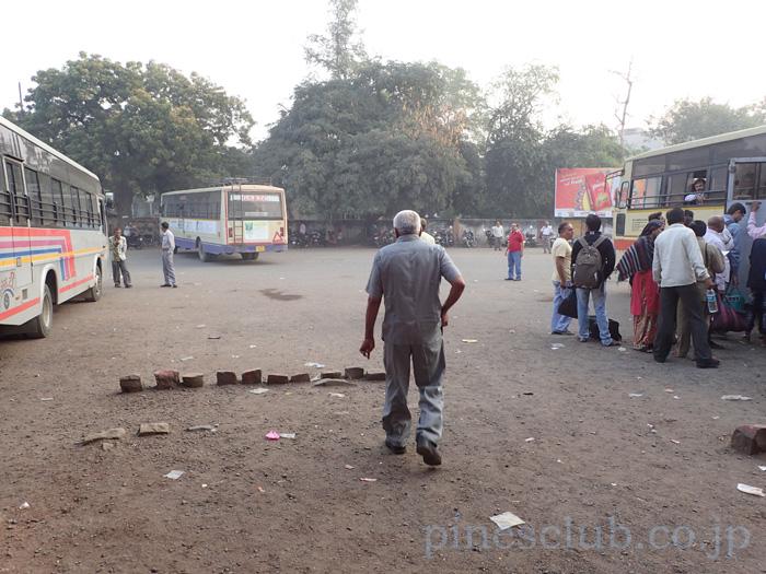 インド・バーヴナガルのバススタンドでバスを待つ。