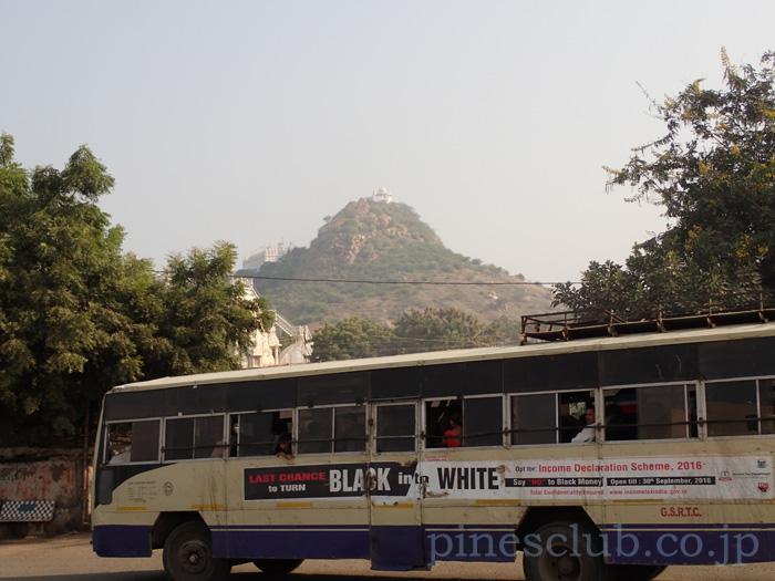 インド・グジャラート州タラージャのバススタンド
