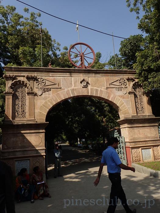 インド・アーマダバードにあるガンディー大学の正門
