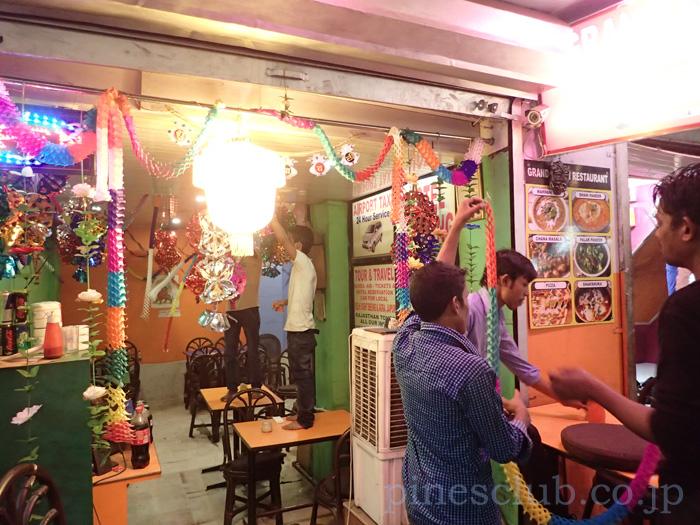 インドのお正月、ディワリの飾りつけをする人たち