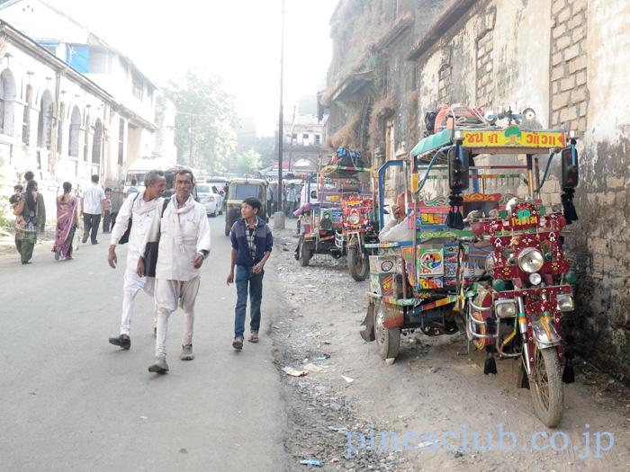 インドのバイク型三輪貨物