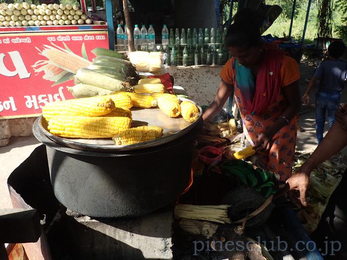 インド、グジャラートのトウモロコシ屋