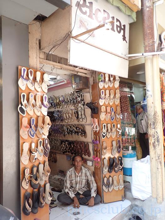 インド、ジュナーガルのバザールのサンダル屋