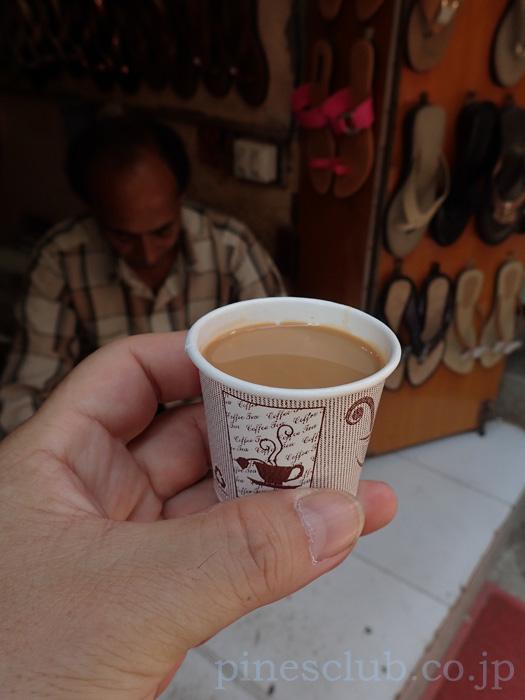インド、ジュナーガルのバザールのサンダル屋のおやじがくれたチャイ