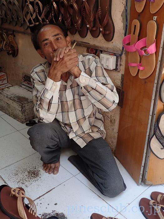 インド、ジュナーガルのバザールのサンダル屋のおやじ